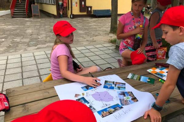 Dzieci na kolonii językowej